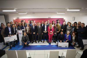 Foto de familia de los ganadores, organizadores y representantes de las entidades beneficiaras del Reto Solidario.